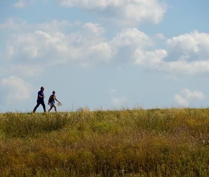 Wandelaars langs de Grensmaas