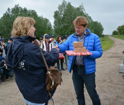 Iwan Reerink, K3Delta, overhandigt het kompas