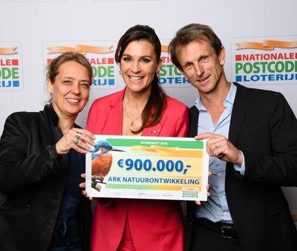 Jos Rademakers en Esther Blom van ARK nemen cheque in ontvangst Van Postcodeloterij-ambassadeur Quinty Trustfull