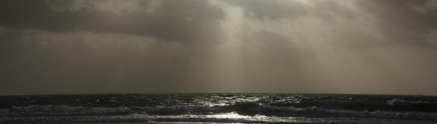 Zee met woeste lucht