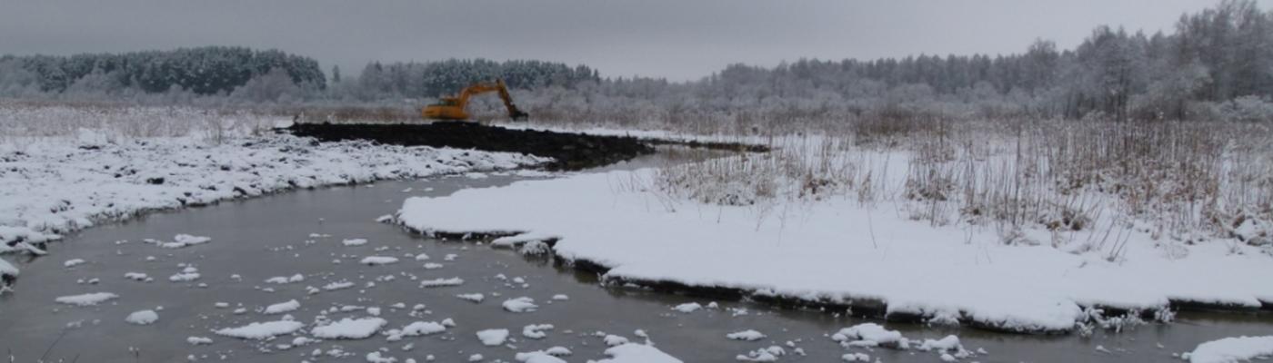Graafmachine graaft in riviervallei Dviete
