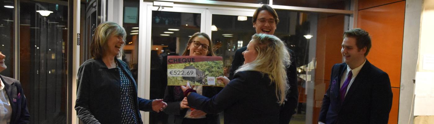 Studentenvereniging BeeVee overhandigt de cheque