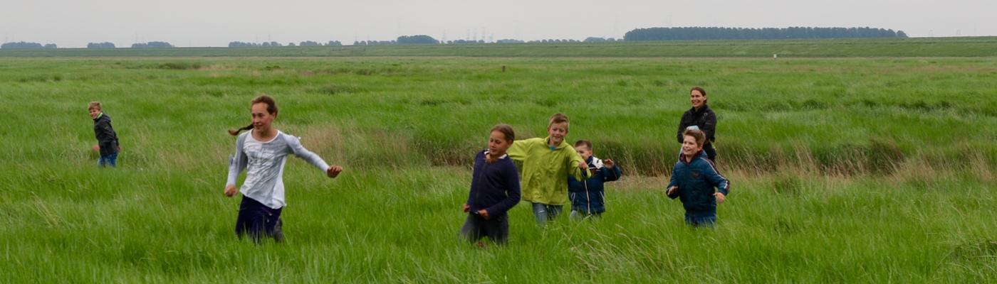 Pabo student met kinderen. Foto: André de Hamer (Duurzame PABO)