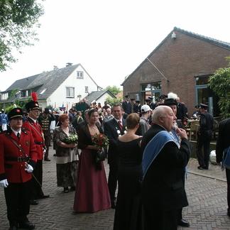 Schutterskoning in koningin vieren feest in Wilderniscafé Waard van Kekerdom in 2004