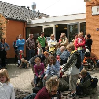 Schooljeugd op bezoek bij het Wilderniscafé in Kekerdom in 2005