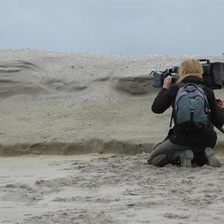 Monique Moors filmt voor Dwaalfilm in de duinen