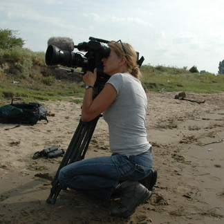 Monique Moors filmt voor Dwaalfilm langs de Maas