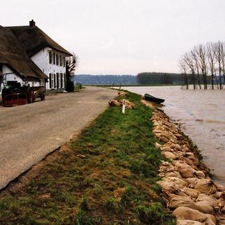 De Ooijpolder is geëvacueerd, de dijken beschermd met zandzakken Foto Henk Baron
