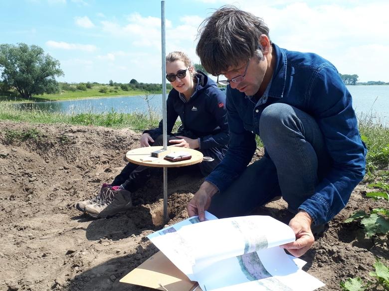Jeroen Helmer en ik in de stierenkuil bij de Bizonbaai. Foto: Mariëlle Vriends