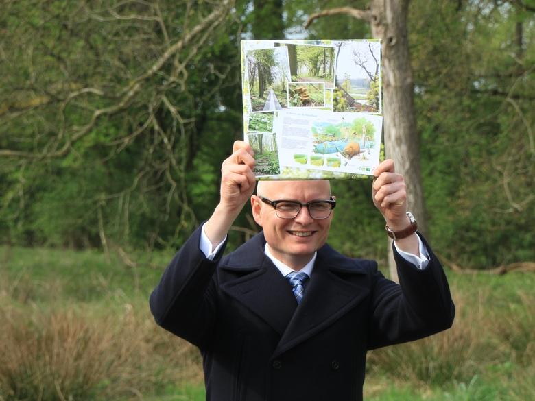 Limburgs gedeputeerde Hubert Mackus kreeg bij de opening van de 'Hemelse Loper' een mooi aandenken voor op zijn werkkamer. Foto: Olaf op den Kamp