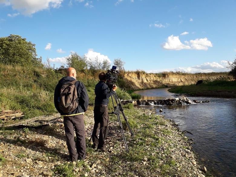 Filmploeg aan het werk langs de Grensmaas