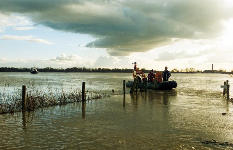 Met de KNRM boot varen op het rivierduin Hoogwater Millingerwaard 1995