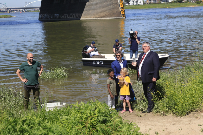 De zeldzame trekvissen werden te water gelaten door burgemeester Hubert Bruls van Nijmegen en Donné Slangen van het ministerie van Landbouw, Natuur en Voedselkwaliteit, daarbij geholpen door enkele kinderen.
