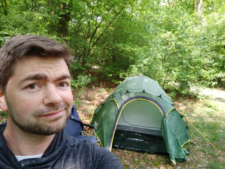 Kamp opgeslagen in het bos van camping Hartje Groen (dikke tip overigens!). Foto: Daan van der Sluis