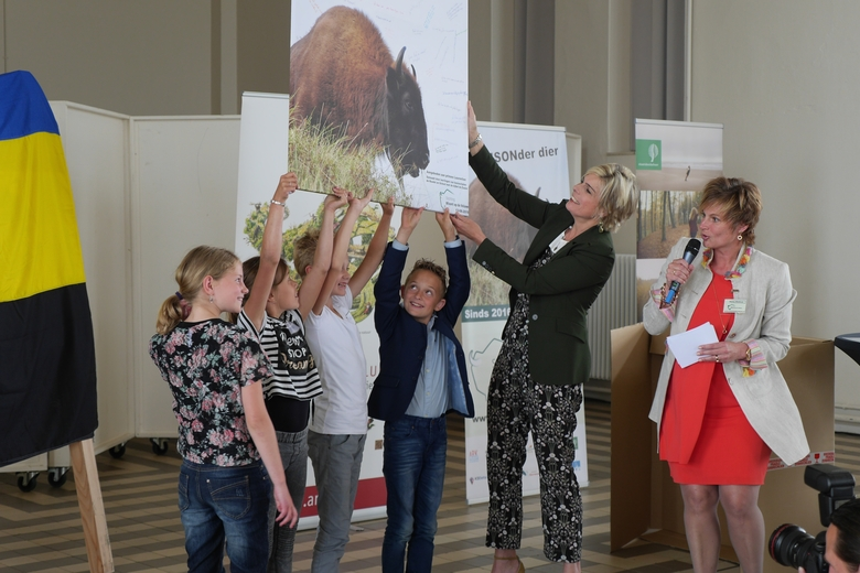 Prinses Laurentien en basisschoolleerlingen uit Harskamp. Foto: Jan Ritzer