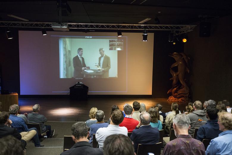 Gedeputeerde Van der Broeck neemt het rapport 'Limburg rijk aan soorten' in ontvangst